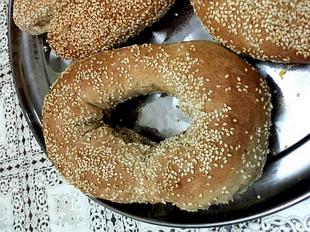 בייגלה ולחמניות עם שומשום שילוב קמח לבן וקמח חיטה מלאה - מאסטר מתכונים