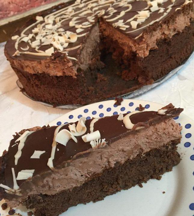 עוגת טריפל שוקולד מלאה בשוקולד
