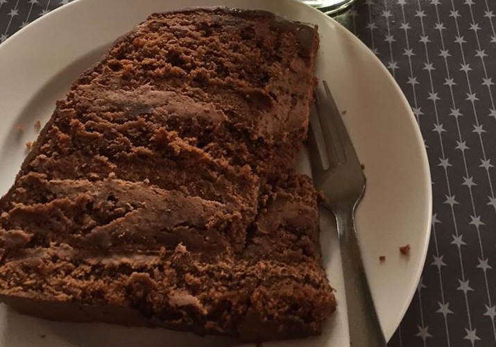 עוגת שוקולד גבוהה עם שכבות קרם שוקולד