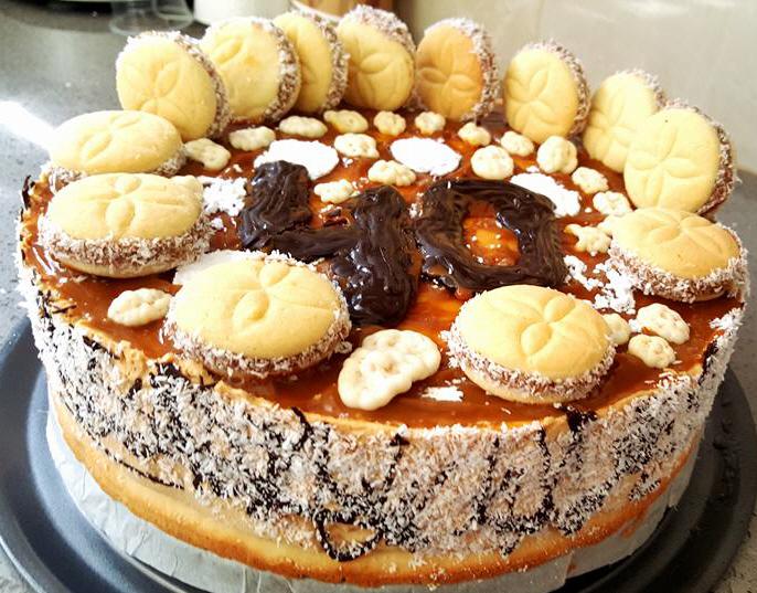 עוגת אלפחורס וכ 20 עוגיות קטנות