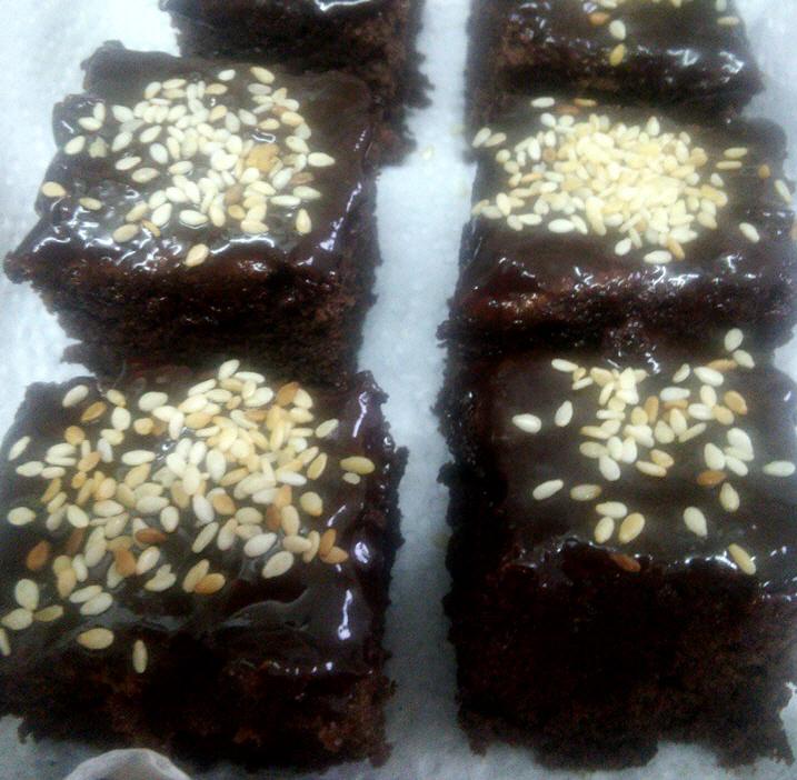 עוגת שוקולד נימוחה עם נגיעות שומשום קלוי