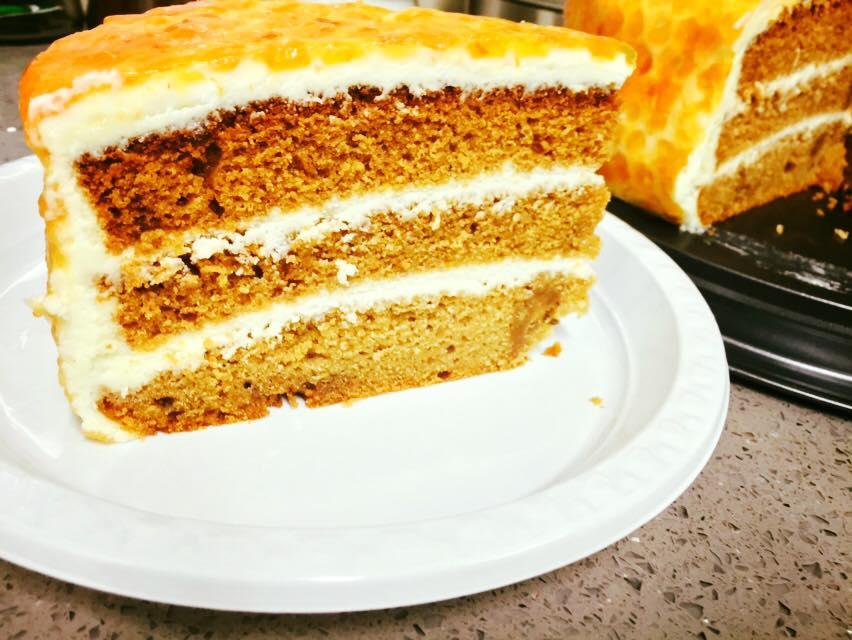עוגת דבש בציפוי קרם וניל ושוקולד לבן