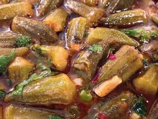 תבשיל במיה עם רוטב עגבניות