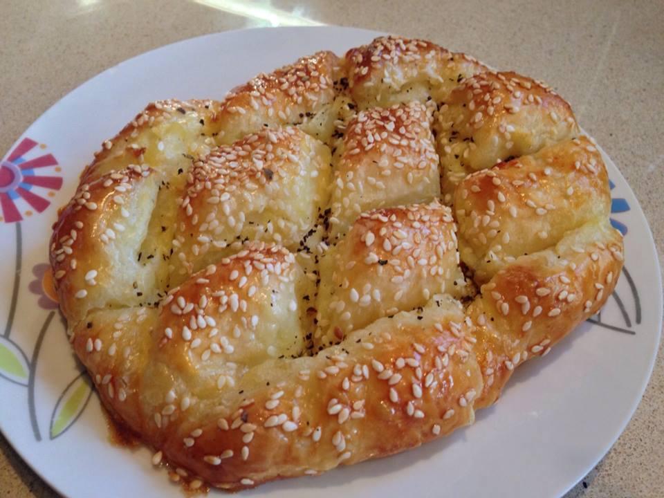 מאפה בצק מלוח עם תפוחי אדמה ובצל מטוגן