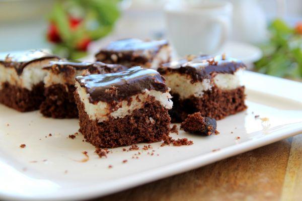 קוביות שוקולד – קוקוס בתוספת קונפיטורת דובדבנים שחורים