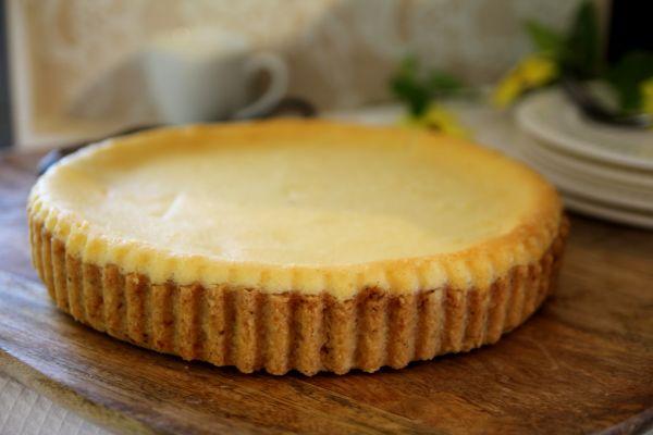 טארט בצק פריך נקי או בשילוב של אגוזים או שקדים ומעליו מילוי מפנק של גבינות