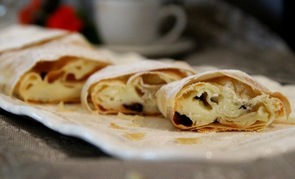 שטרודל גבינה מבצק פילו, בתוספת של אוכמניות מיובשות, פשוט מושלם ליד הקפה. -  מבשלים ואופים עם מאסטר מתכונים