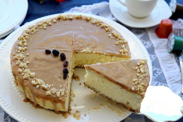 עוגת גבינה קלאסית, תחתית בצק פריך אגוזי לוז וקפה, וציפוי גנאש שוקולד לבן ואספרסו