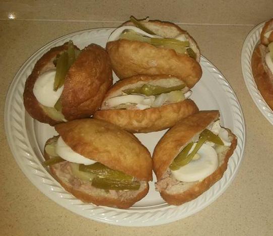 מבשלים ואופים עם מאסטר מתכונים -  פריקסה לחמניה מטוגנת עם טונה ,ביצה סחוג חריף מלפפון חמוץ