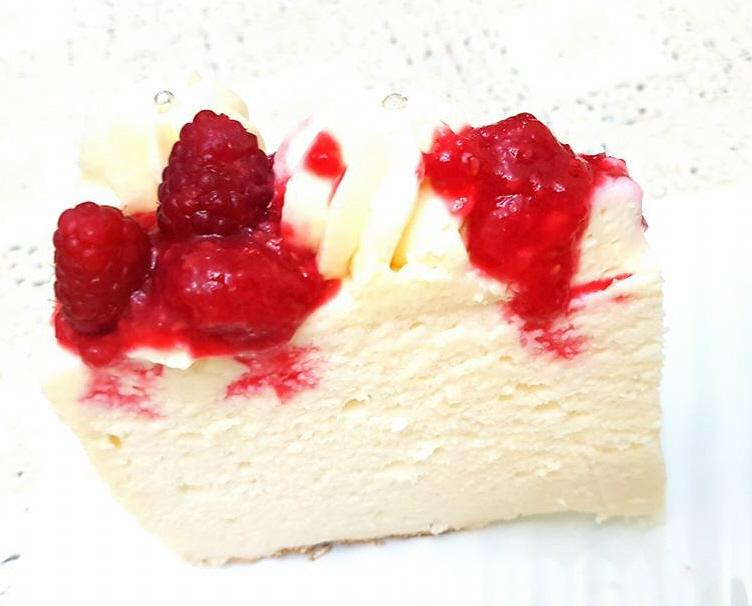 מבשלים ואופים עם מאסטר מתכונים -  עוגת גבינה רכה ונימוחה עם קצפת פטל ודובדבנים