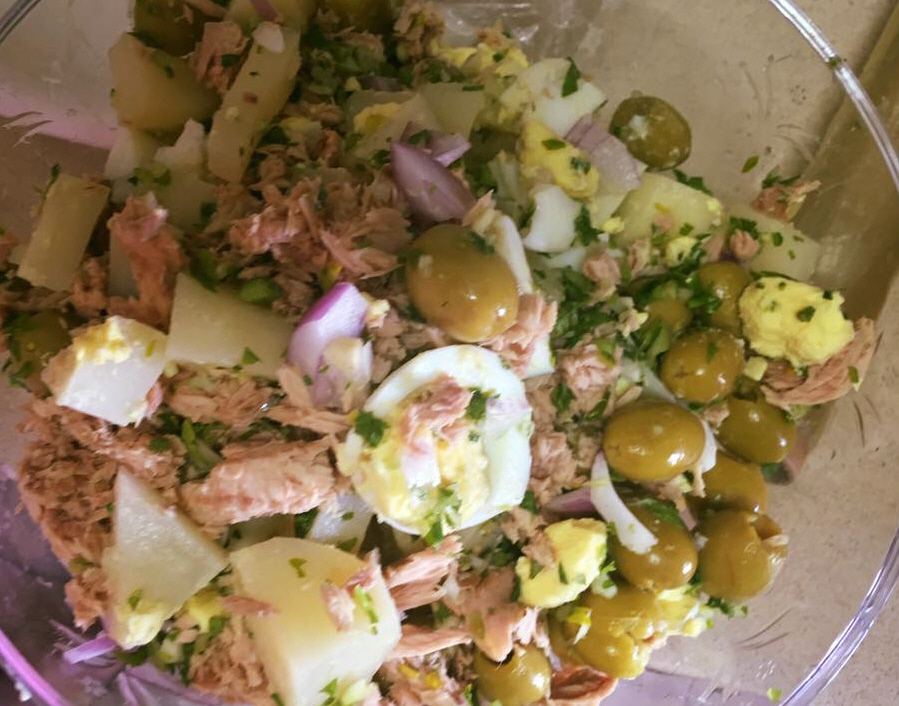 סלט תירס עם תפוחי אדמה ,טונה, ביצים ,בצל סגול וזיתים בתיבול