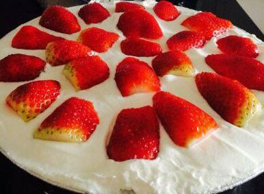 עוגת טורט בחושה ומעל שמנת מתוקה