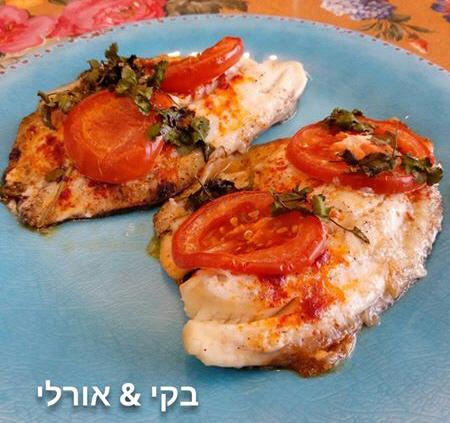 פילה דג אפוי בתנור, עם מיונז, פרוסות עגבניה וכוסברה מתובל