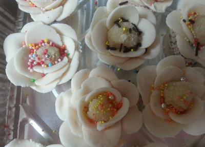 פרחי בצק סוכר עם מרציפן- מאסטר מתכונים