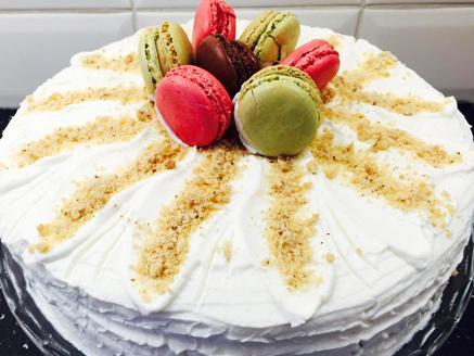 עוגת קראלוסקי שכבות מבצק עם דבש ואגוזי מלך וקרם שמנת מתוקה בטעם וניל