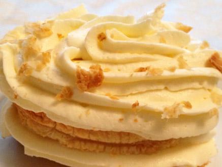 ריבועי בצק עלים במילוי קרם שמנת מתוקה בטעם וניל - קרמשניט