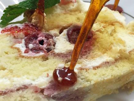רולדה במילוי קרם שמנת מתוקה בשילוב דובדבנים חמוצים ובציפוי אגוזי מלך קצוצים - אחת הרולדות הטעימות