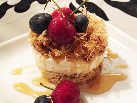 רינג קדאיף במילוי שמנת מתוקה מוקצפת בטעם וניל ובזיגוג דבש ופירות