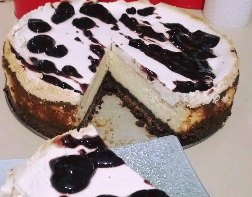 עוגת גבינה עם מחית אוכמניות.