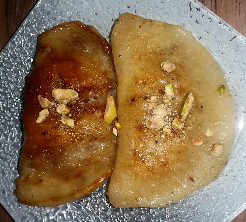 עטייף/ קטאייף ממתק מהמטבח הערבי ממולא בפיסטוקים/אגוזי מלך גרוסים