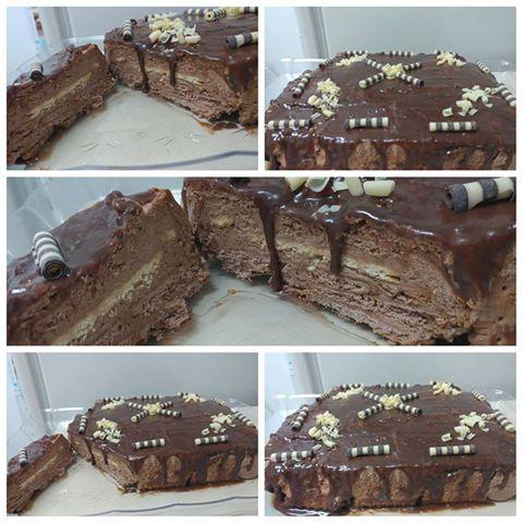 עוגת ביסקויטים ( חומים) ובאמצע שכבה של ביסקויטים לבנים עם מוס שוקולד