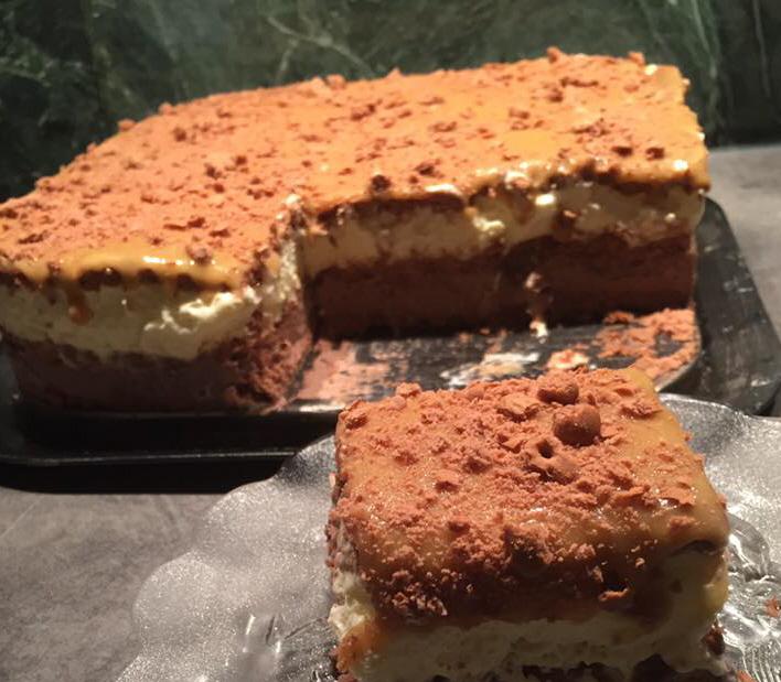 עוגת בסקויטים שוקולד שכבות מוסים וגנאש קרמל