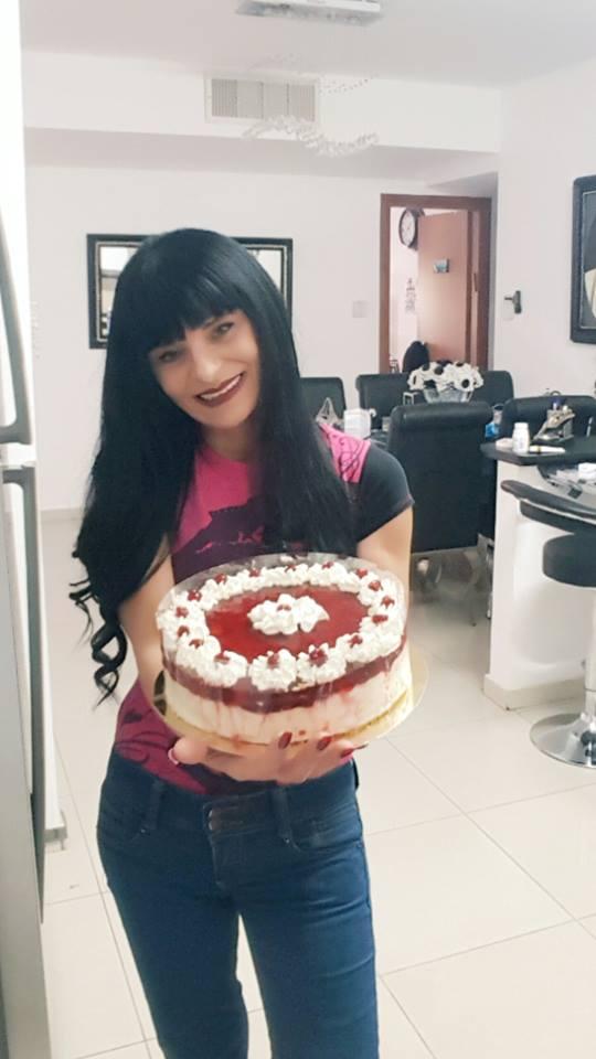 עוגת גבינה קרה בציפוי מרמלדה תותים , ג'ילי וקצפת
