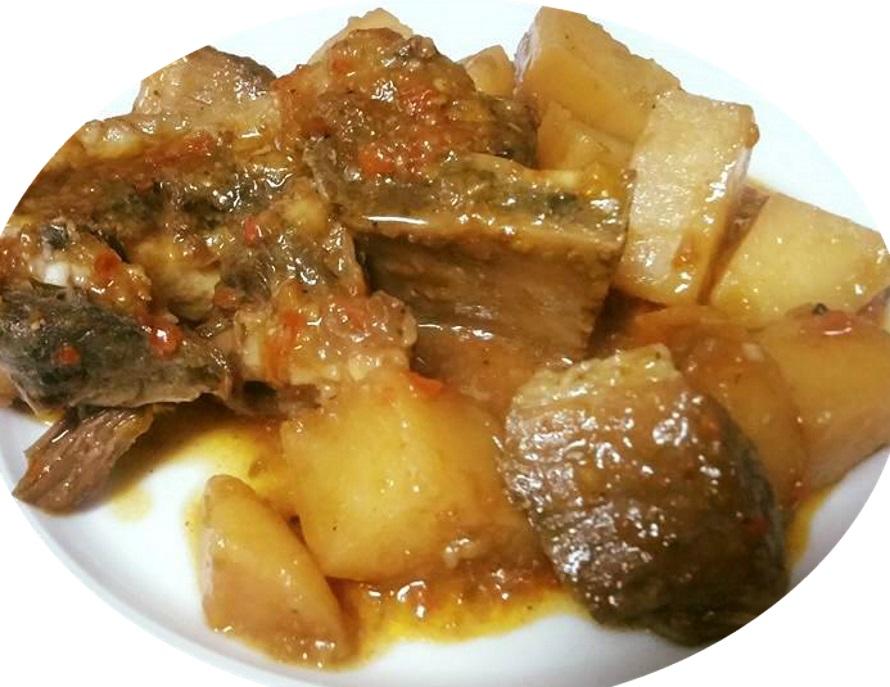 חזה בקר עם העצם ותפוחי אדמה ברוטב פלפלים פיקנטי