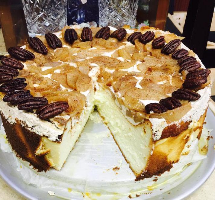 עוגת גבינה עם תפוחי עץ מקורמלים  בסוכר חום וקינמון  בעיטור פקאן ... נדיה נפתלי