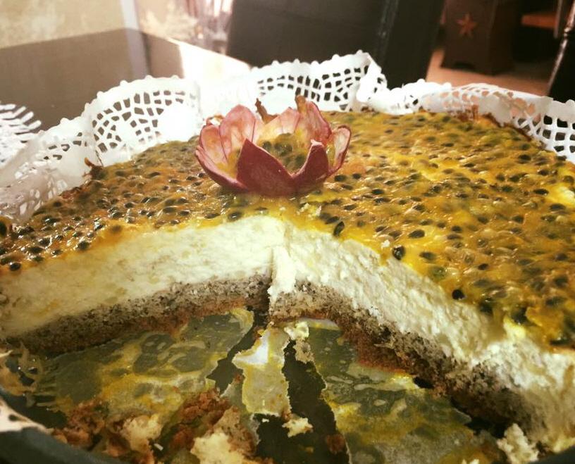 עוגת גבינה בציפוי רוטב פסיפלורה דיאטטית ללא סוכר עם גבינות רזות מתאימה לדיאטת 17 הימים