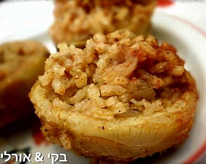 תחתיות ארטישוק ממולאים באורז עגול ובצל, ברוטב מצומצם מתובל וטעים