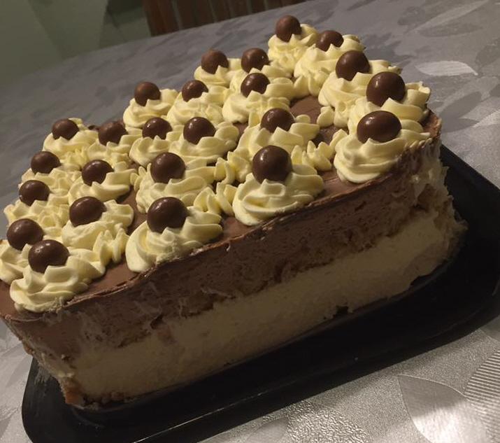 עוגת ביסקוטים ושכבות קרם שוקו וניל וגנאש