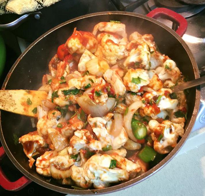 מוקפץ כרובית עם נתחי חזה עוף+ירקות עשבי תיבול ופילפל חריף - עליזה חסן