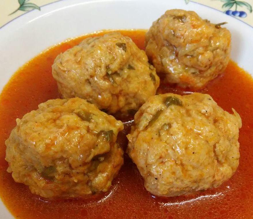 כופתאות עוף וירקות עסיסיות וטעימות ברוטב/מרק אדום