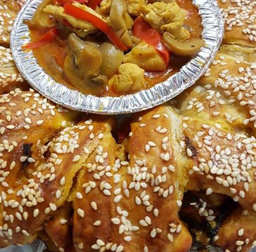 בורקסים במילוי של פירה עם כבד עוף ופירה עם חזה עוף ופטריות מגישים עם רוטב פטריות