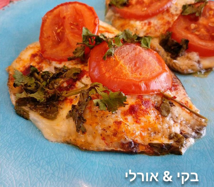פילה דג אפוי מתובל בתנור, עם מיונז, פרוסות עגבניה וכוסברה