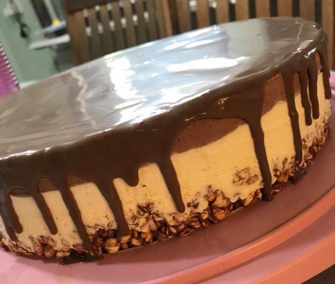 עוגת שכבות מוסים וגנאש בסיס קראנץ