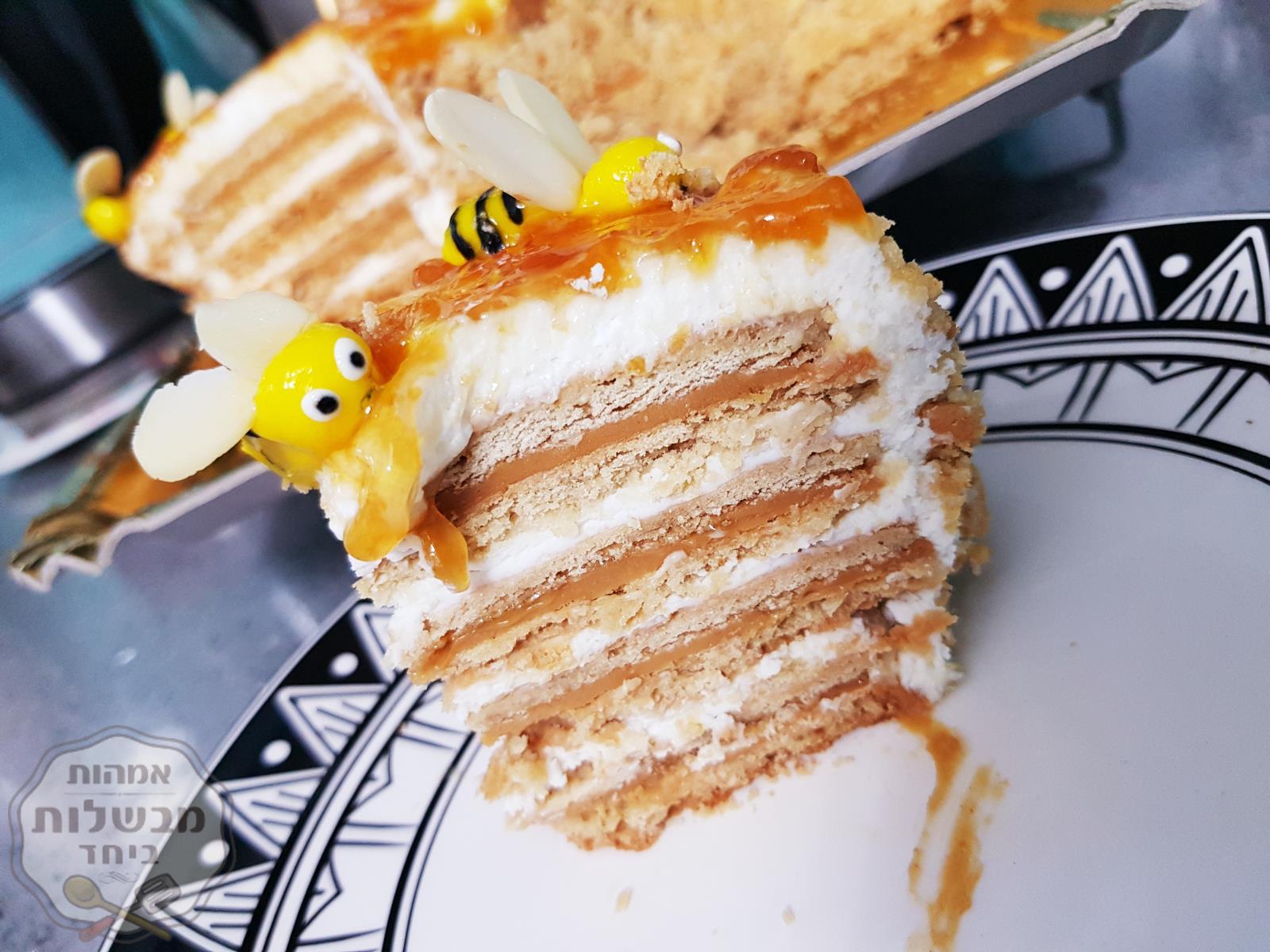 עוגת דבש שכבות עם ממרח בטונים ומסקרפונה