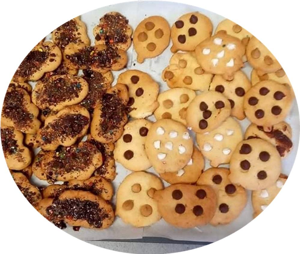 עוגיות שוקולד ציפס ועוגיות עם שוקולד מעל
