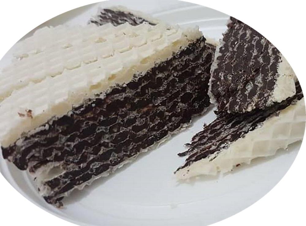 עוגת עלי וופל עם קרם חלבה וגנאש שוקולד לבן