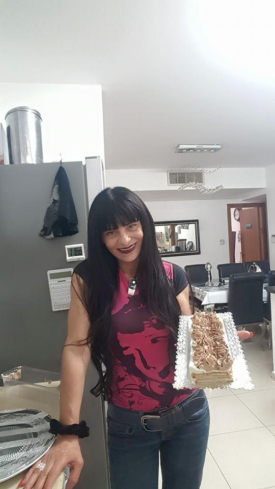 עוגת ביסקוויטים עם גבינת לבנה וזילוף קצפת  עם ממרח פסק זמן וממרח לוטוס