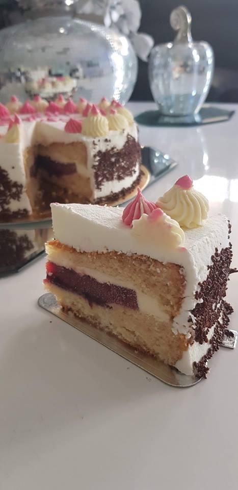 עוגת טורט במילוי פירות יער בתוך קצפת גבינת נפוליאון