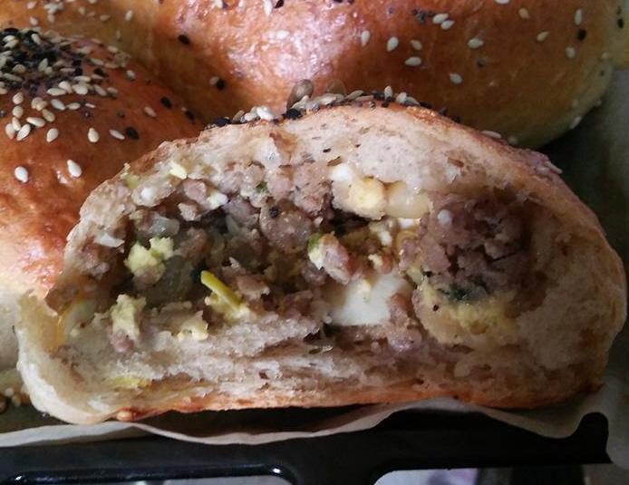 לחם טעים ברמות ....חלק עם צימוקים ואגוזים חלק במילוי בשרי