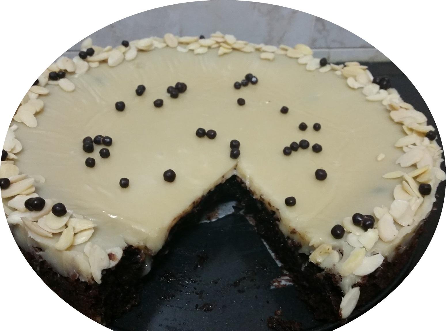 עוגת שוקולד שקדים בציפוי גאנש שוקולד לבן  כשר לפסח