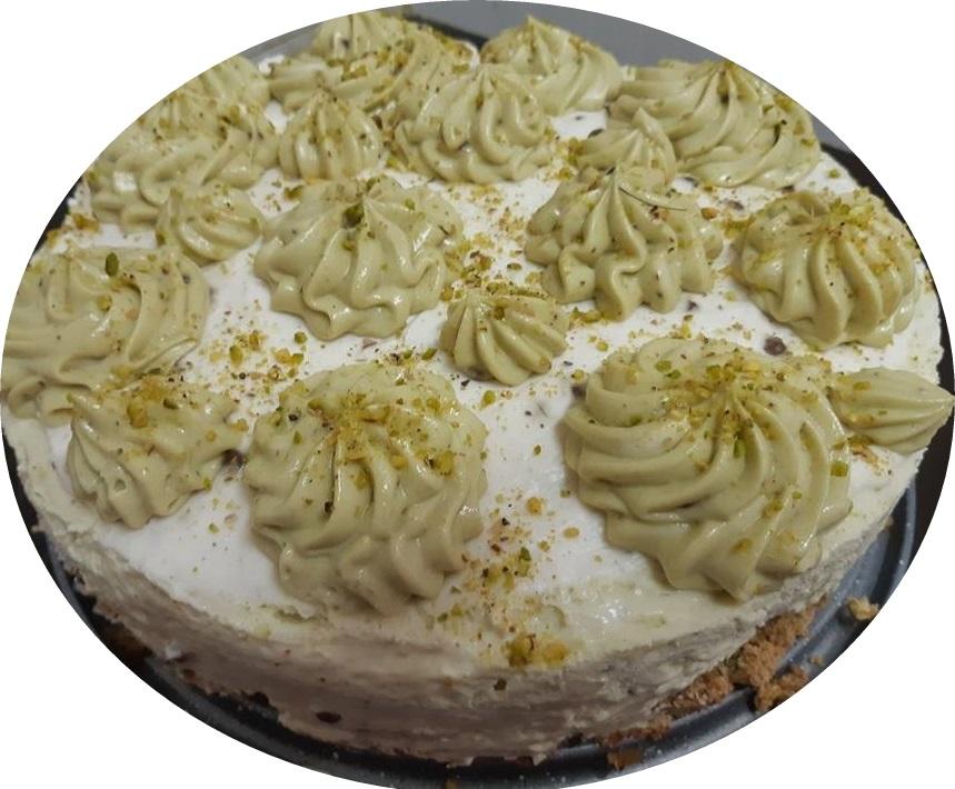 מוס גבינה ופיסטוק על מרנג פיסטוק