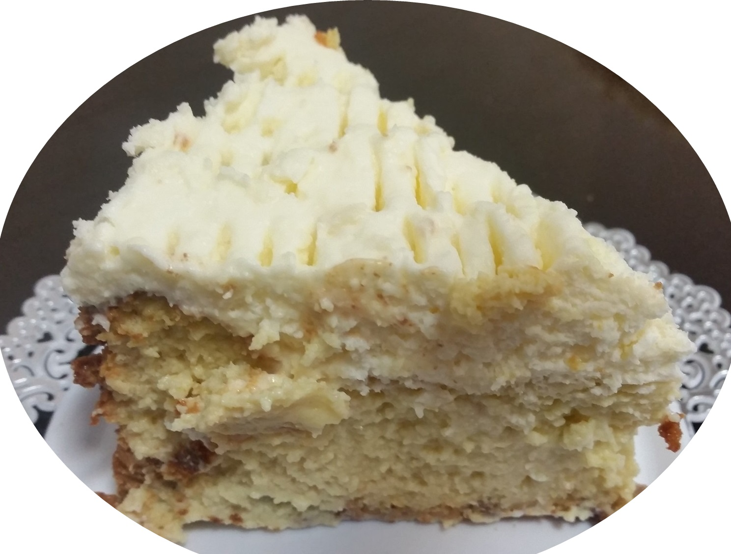 עוגת אבוקדו וגבינה עטופה בקצפת ושוקולד לבן