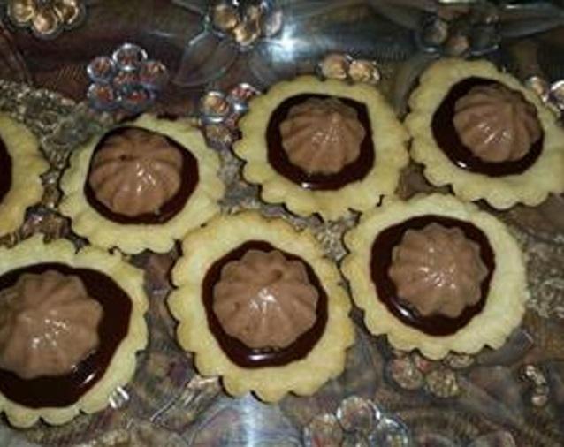 תחתיות בצק פריך במילוי גנאג' שוקולד ושקדים טחונים