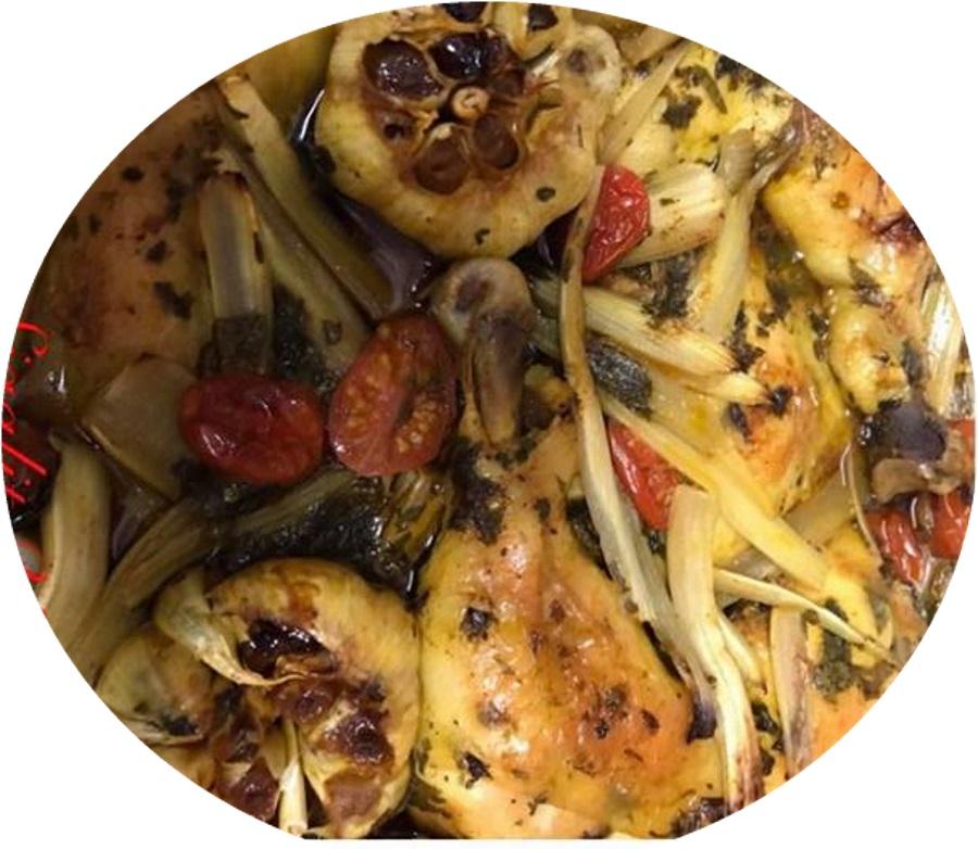 עוף בתנור פטריות בצל סלרי שום כוסברה ועגבניות שרי