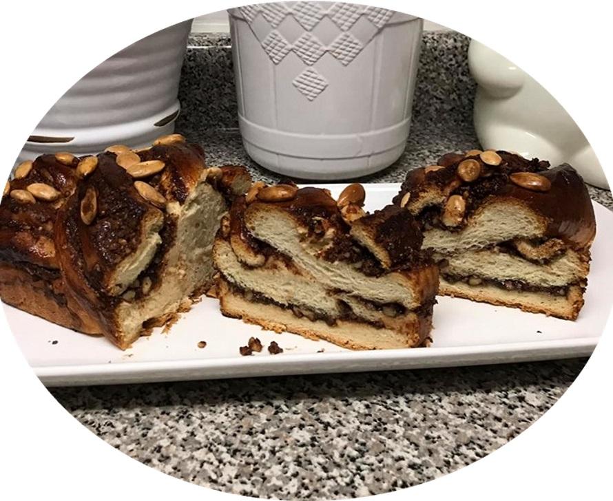 עוגת שמרים שוקולד ,אגוזים ושקדים מעל - מעדן