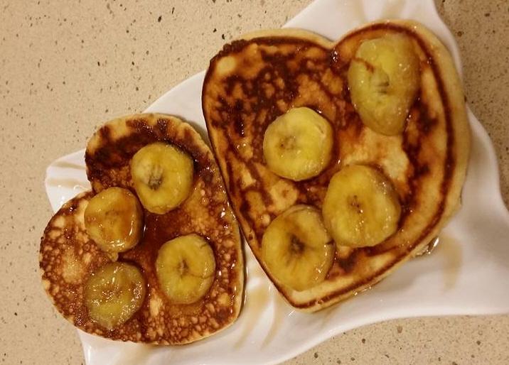 פנקייק עם בננות מקורמלות
